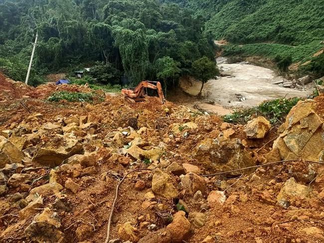 Quảng Trị: Sạt lở núi do mưa lũ, một gia đình 6 người bị đất đá vùi lấp - Ảnh 1.