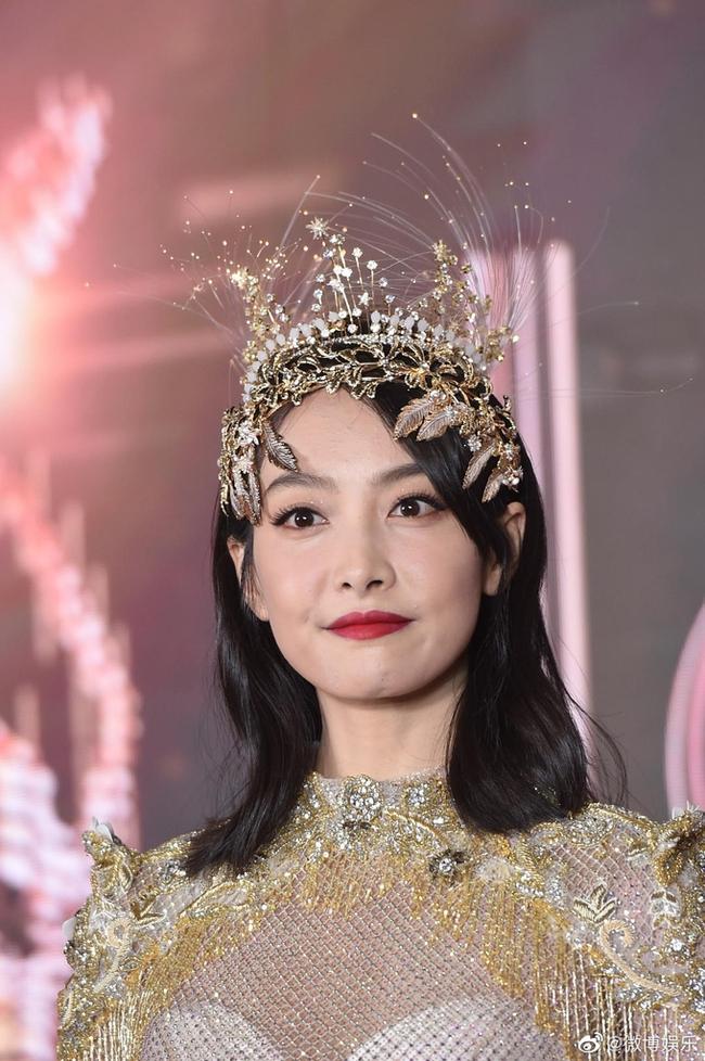 Nữ thần Kim Ưng: Lưu Diệc Phi mặc váy như rèm cửa, để mặt mộc ở 14 năm trước còn đẹp hơn Tống Thiến  - Ảnh 4.