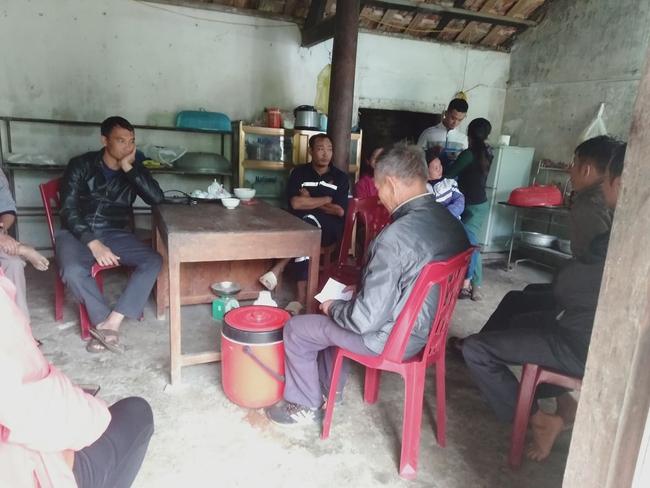 Sự cố sạt lở đất vùi lấp 22 cán bộ, chiến sĩ ở Quảng Bình: Người thân ngã quỵ, nín thở chờ đợi thông tin - Ảnh 1.
