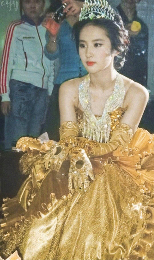 Nữ thần Kim Ưng: Lưu Diệc Phi mặc váy như rèm cửa, để mặt mộc ở 14 năm trước còn đẹp hơn Tống Thiến  - Ảnh 9.