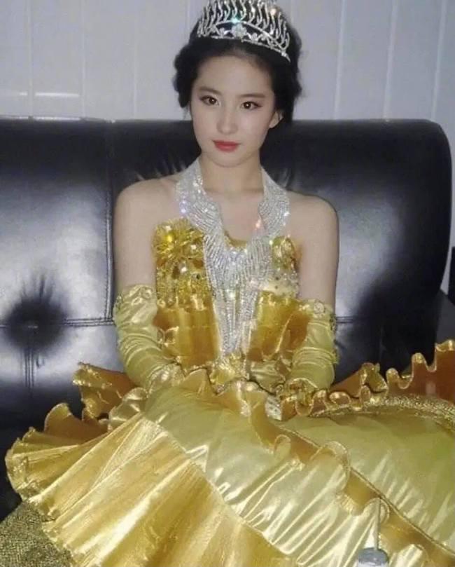 Nữ thần Kim Ưng: Lưu Diệc Phi mặc váy như rèm cửa, để mặt mộc ở 14 năm trước còn đẹp hơn Tống Thiến  - Ảnh 7.