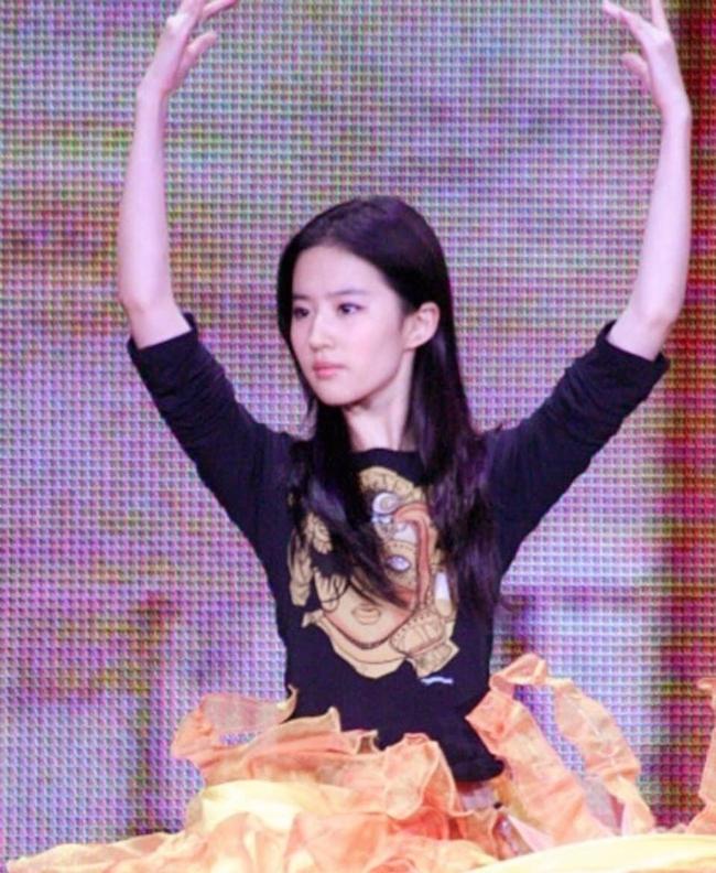 Nữ thần Kim Ưng: Lưu Diệc Phi mặc váy như rèm cửa, để mặt mộc ở 14 năm trước còn đẹp hơn Tống Thiến  - Ảnh 10.