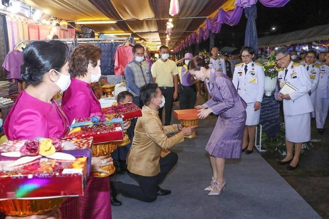 Hoàng tử Thái Lan gây chú ý khi nhấc bổng chị gái trong lễ tưởng niệm cố vương, đặc biệt hơn là thái độ của Hoàng quý phi khi chứng kiến sự việc - Ảnh 3.