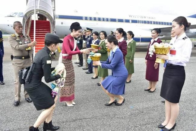 Hoàng tử Thái Lan gây chú ý khi nhấc bổng chị gái trong lễ tưởng niệm cố vương, đặc biệt hơn là thái độ của Hoàng quý phi khi chứng kiến sự việc - Ảnh 4.