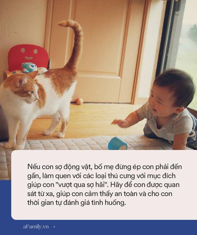 Trẻ nhỏ thường có những nỗi sợ hãi như thế này, bố mẹ phải thật tinh tế và khéo léo mới có thể giúp con vượt qua - Ảnh 1.