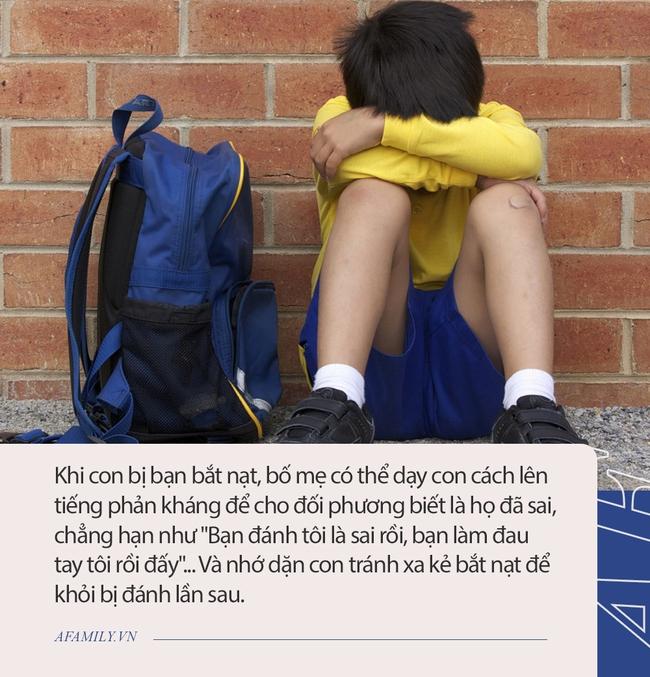 Khi con bị bạn bắt nạt, dù cha mẹ cảm thấy tức giận đến đâu cũng hãy cố tránh không phạm phải 5 sai lầm sau đây - Ảnh 2.
