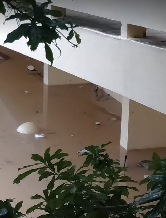 Bệnh viện ở Quảng Bình chìm trong biển nước, sản phụ phải chuyển lên khoa Hồi sức tránh lũ, bệnh nhân và bác sĩ thiếu thức ăn - Ảnh 6.