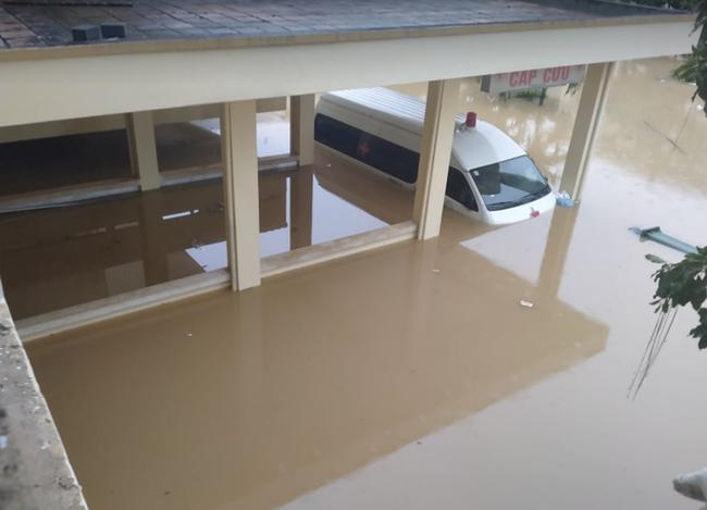 Bệnh viện ở Quảng Bình chìm trong biển nước, sản phụ phải chuyển lên khoa Hồi sức tránh lũ, bệnh nhân và bác sĩ thiếu thức ăn - Ảnh 3.