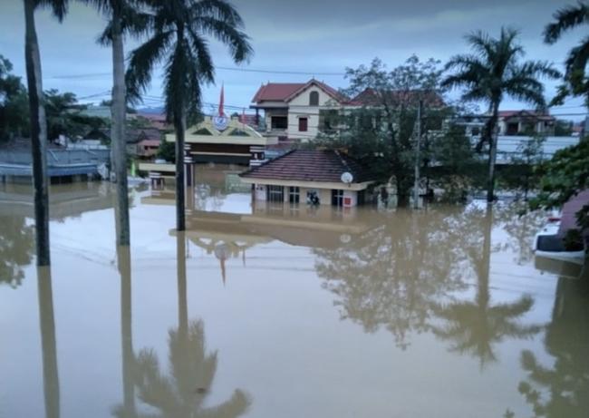 Bệnh viện ở Quảng Bình chìm trong biển nước, sản phụ phải chuyển lên khoa Hồi sức tránh lũ, bệnh nhân và bác sĩ thiếu thức ăn - Ảnh 2.