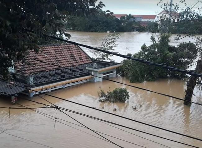Bệnh viện ở Quảng Bình chìm trong biển nước, sản phụ phải chuyển lên khoa Hồi sức tránh lũ, bệnh nhân và bác sĩ thiếu thức ăn - Ảnh 1.