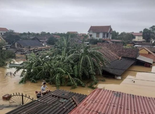 Bệnh viện ở Quảng Bình chìm trong biển nước, sản phụ phải chuyển lên khoa Hồi sức tránh lũ, bệnh nhân và bác sĩ thiếu thức ăn - Ảnh 9.