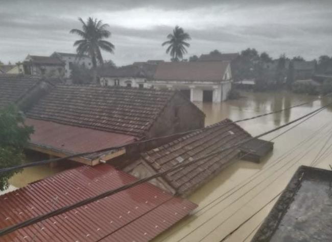 Bệnh viện ở Quảng Bình chìm trong biển nước, sản phụ phải chuyển lên khoa Hồi sức tránh lũ, bệnh nhân và bác sĩ thiếu thức ăn - Ảnh 10.