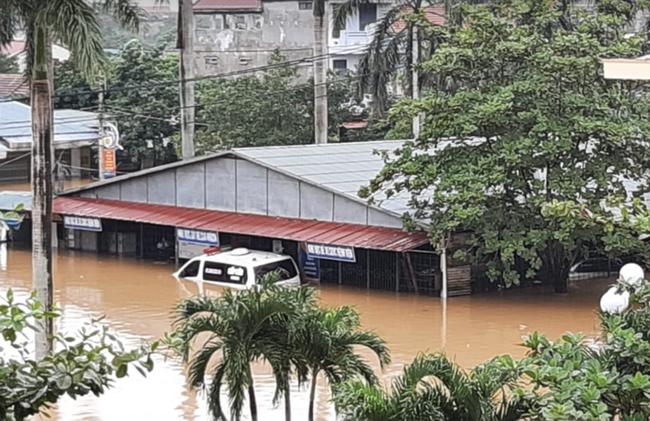 Bệnh viện ở Quảng Bình chìm trong biển nước, sản phụ phải chuyển lên khoa Hồi sức tránh lũ, bệnh nhân và bác sĩ thiếu thức ăn - Ảnh 4.