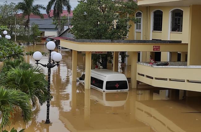 Bệnh viện ở Quảng Bình chìm trong biển nước, sản phụ phải chuyển lên khoa Hồi sức tránh lũ, bệnh nhân và bác sĩ thiếu thức ăn - Ảnh 7.