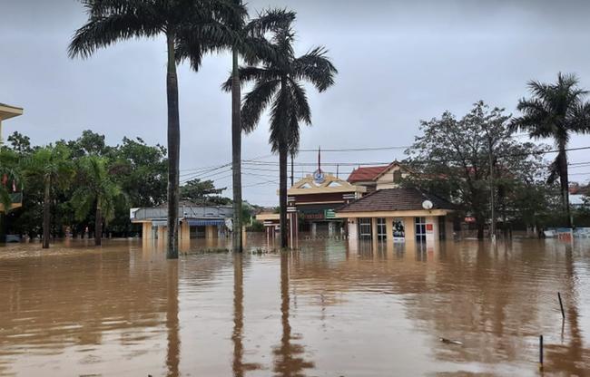 Bệnh viện ở Quảng Bình chìm trong biển nước, sản phụ phải chuyển lên khoa Hồi sức tránh lũ, bệnh nhân và bác sĩ thiếu thức ăn - Ảnh 8.