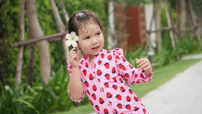 Gia đình siêu mẫu Hà Anh cùng nhau đi nghỉ dưỡng ở resort, bé Myla gây ngỡ ngàng vì chiều cao vượt trội, tóc dài thướt tha - Ảnh 2.