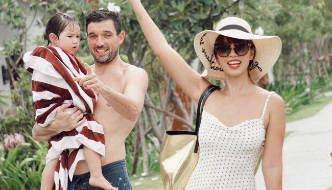 Gia đình siêu mẫu Hà Anh cùng nhau đi nghỉ dưỡng ở resort, bé Myla gây ngỡ ngàng vì chiều cao vượt trội, tóc dài thướt tha - Ảnh 1.