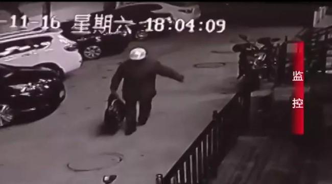 Cho con trai 3 tuổi uống thuốc ngủ rồi vứt vào túi du lịch, ông bố sau khi bị bắt vẫn tỏ thái độ không chấp nhận được - Ảnh 2.