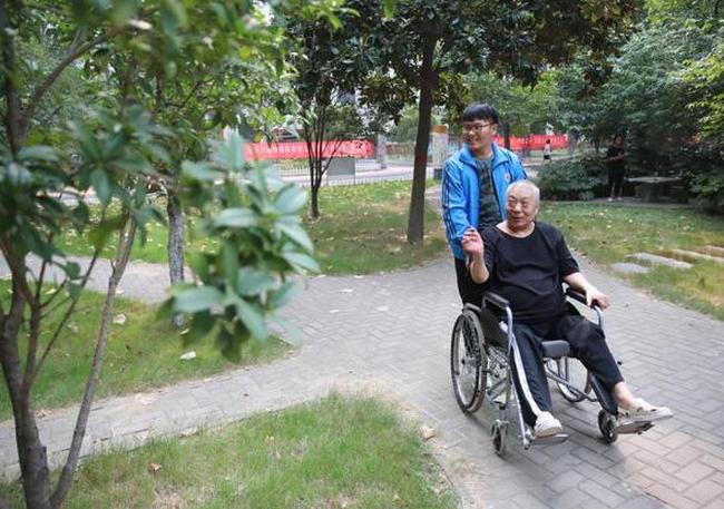 Mẹ mất sớm, con trai 13 năm ròng chăm sóc cha bị liệt, học Đại học cõng luôn cha vào ký túc xá ở cùng - Ảnh 5.