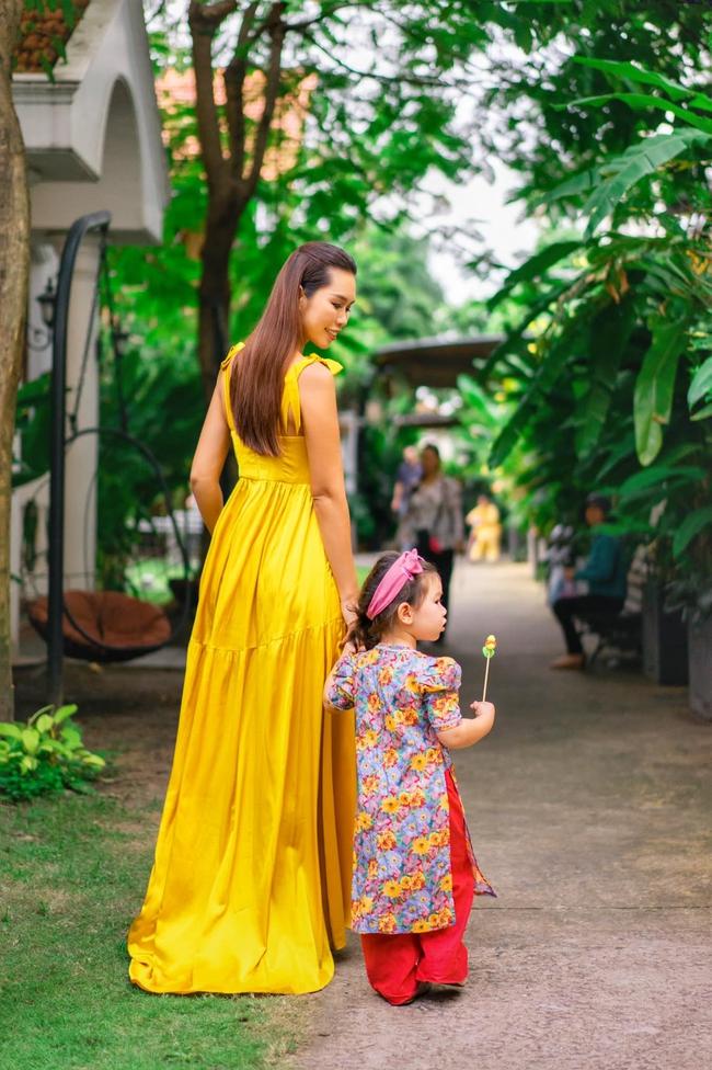 """Siêu mẫu Hà Anh xúc động khi lần đầu cùng con gái Myla đón Trung thu ở trường, ai cũng ngỡ ngàng vì cô bé diện áo dài """"chững chạc"""" hơn hẳn - Ảnh 2."""