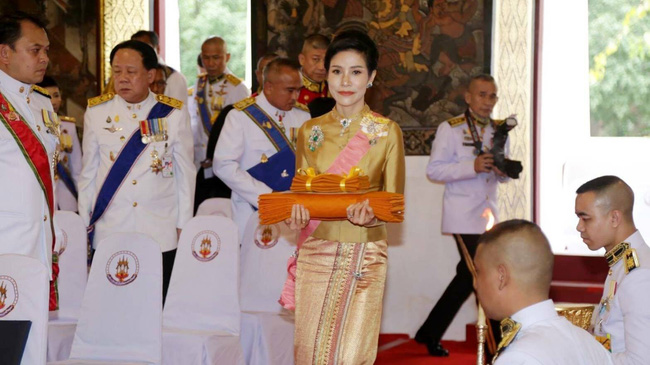 """Hoàng quý phi Thái Lan nhận """"ân sủng"""" mới từ nhà vua, gây chú ý nhất là phản ứng của Hoàng hậu Suthida - Ảnh 1."""