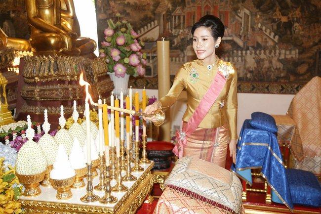 """Hoàng quý phi Thái Lan nhận """"ân sủng"""" mới từ nhà vua, gây chú ý nhất là phản ứng của Hoàng hậu Suthida - Ảnh 2."""