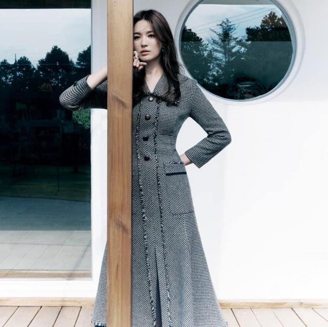 """Song Hye Kyo vừa công bố tin vui, cư dân mạng lại """"săm soi"""" những dấu hiệu lạ trên khuôn mặt - Ảnh 3."""