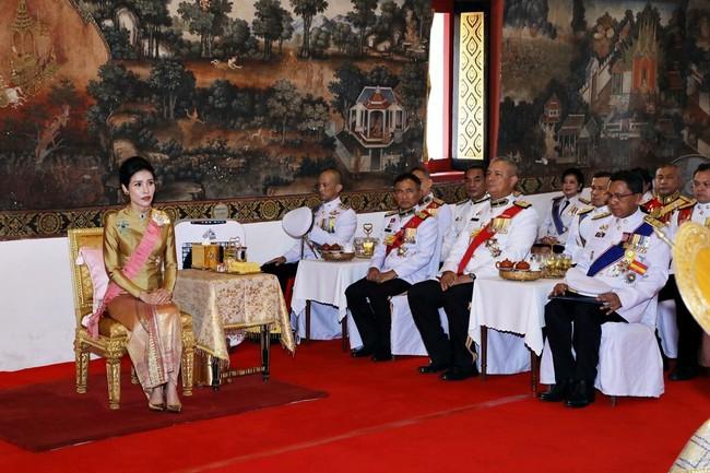 """Hoàng quý phi Thái Lan nhận """"ân sủng"""" mới từ nhà vua, gây chú ý nhất là phản ứng của Hoàng hậu Suthida - Ảnh 3."""