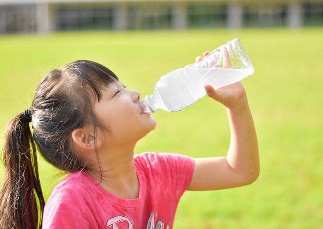 Uống nước bằng chai nhựa suốt 1 năm, người mẹ choáng váng phát hiện ra con gái bị viêm da cơ địa và dậy thì sớm - Ảnh 1.