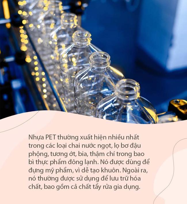 Uống nước bằng chai nhựa suốt 1 năm, người mẹ choáng váng phát hiện ra con gái bị viêm da cơ địa và dậy thì sớm - Ảnh 2.