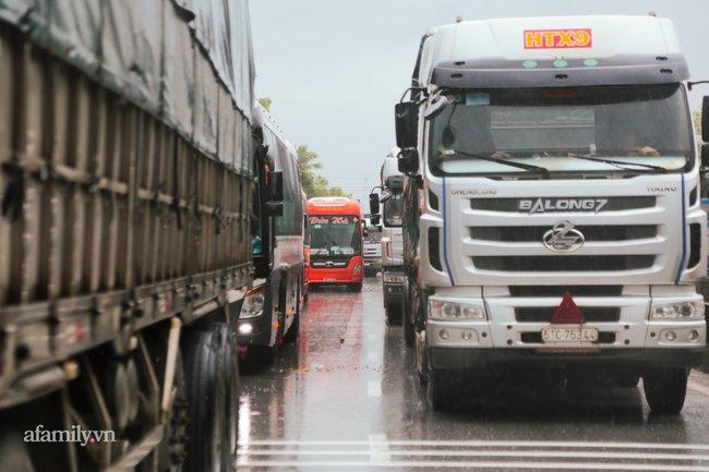 Ảnh: Tắc nghẽn nghiêm trọng trên tuyến giao thông tại Quảng Bình - Ảnh 3.