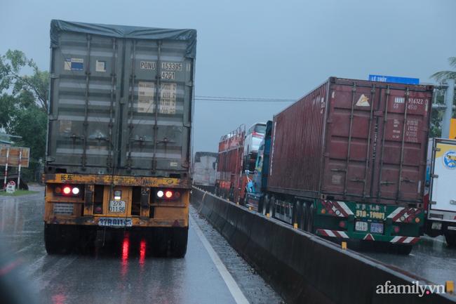 Ảnh: Tắc nghẽn nghiêm trọng trên tuyến giao thông tại Quảng Bình - Ảnh 2.
