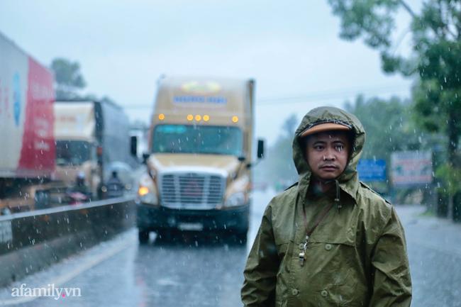 Ảnh: Tắc nghẽn nghiêm trọng trên tuyến giao thông tại Quảng Bình - Ảnh 1.