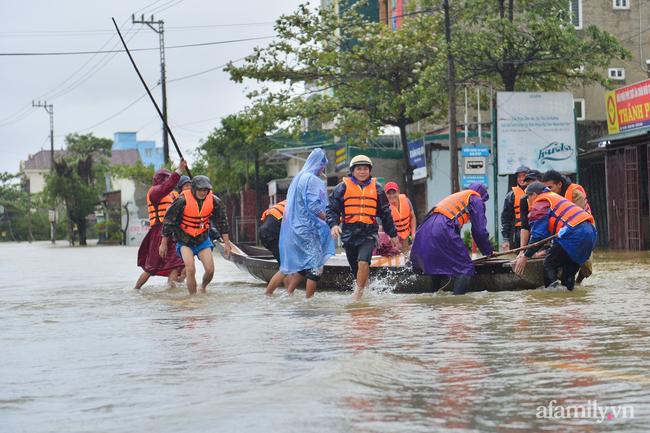 Theo chân các đoàn cứu trợ vào tâm lũ Quảng Bình: Chúng tôi tất cả phải vì dân - Ảnh 2.