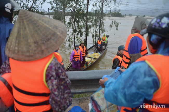 Theo chân các đoàn cứu trợ vào tâm lũ Quảng Bình: Chúng tôi tất cả phải vì dân - Ảnh 6.