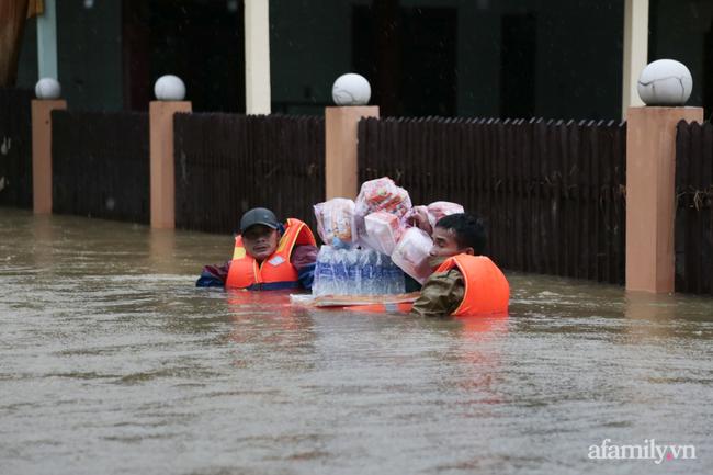Theo chân các đoàn cứu trợ vào tâm lũ Quảng Bình: Chúng tôi tất cả phải vì dân - Ảnh 7.