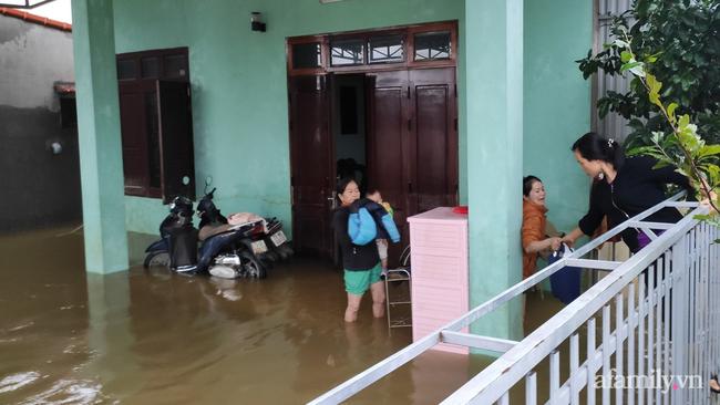 Theo chân các đoàn cứu trợ vào tâm lũ Quảng Bình: Chúng tôi tất cả phải vì dân - Ảnh 11.