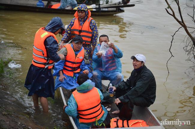 Theo chân các đoàn cứu trợ vào tâm lũ Quảng Bình: Chúng tôi tất cả phải vì dân - Ảnh 13.