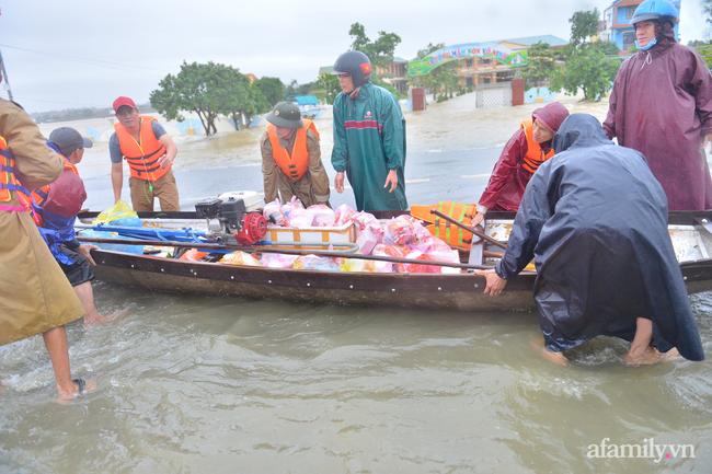 Theo chân các đoàn cứu trợ vào tâm lũ Quảng Bình: Chúng tôi tất cả phải vì dân - Ảnh 3.