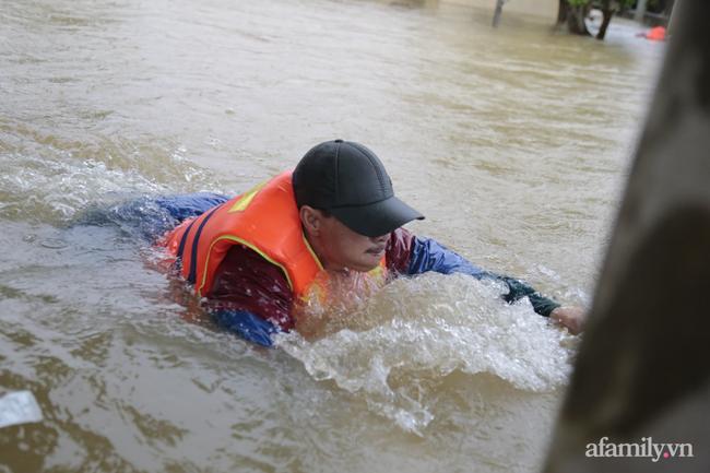 Theo chân đoàn cứu trợ đạp nước dữ vào tâm lũ Quảng Bình cứu trợ người dân bị cô lập: Bao nhiêu vất vả bấy nhiêu tình! - Ảnh 10.