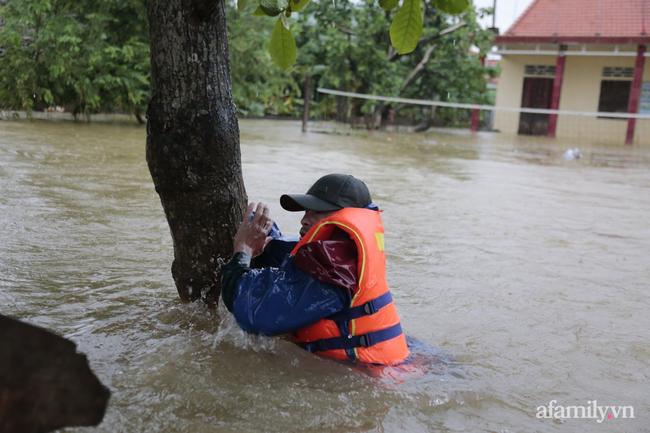 Theo chân đoàn cứu trợ đạp nước dữ vào tâm lũ Quảng Bình cứu trợ người dân bị cô lập: Bao nhiêu vất vả bấy nhiêu tình! - Ảnh 11.