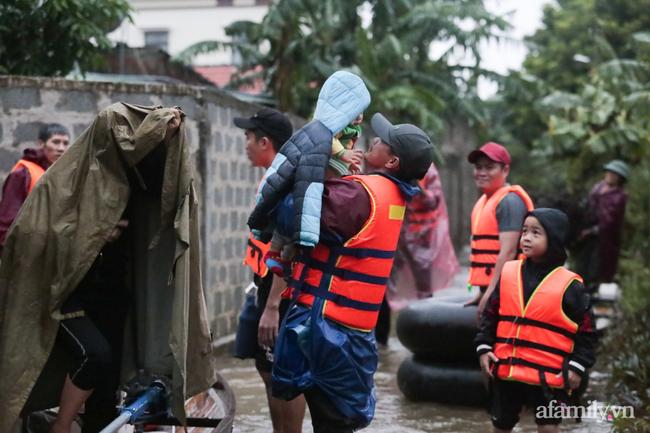 Theo chân các đoàn cứu trợ vào tâm lũ Quảng Bình: Chúng tôi tất cả phải vì dân - Ảnh 14.