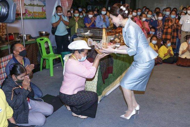 """Hoàng quý phi Thái Lan nhận """"ân sủng"""" mới từ nhà vua, gây chú ý nhất là phản ứng của Hoàng hậu Suthida - Ảnh 4."""