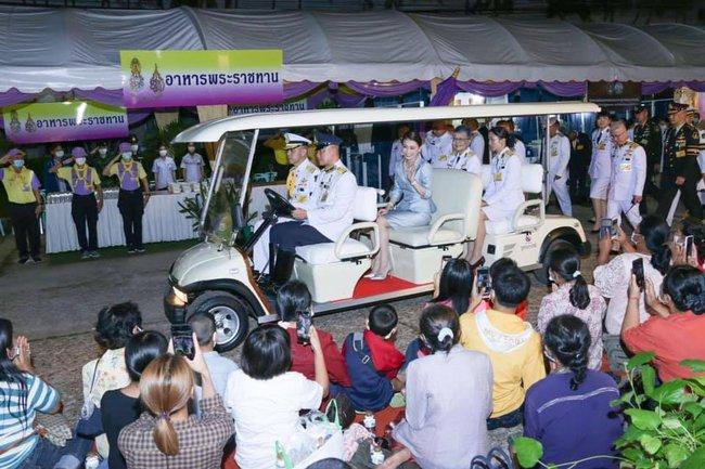 """Hoàng quý phi Thái Lan nhận """"ân sủng"""" mới từ nhà vua, gây chú ý nhất là phản ứng của Hoàng hậu Suthida - Ảnh 5."""