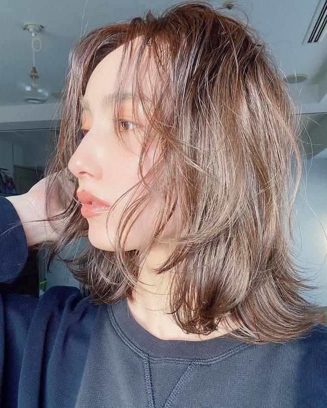 Không muốn mái tóc nuôi bao năm bị cắt phăng vì phần đuôi khô xơ không phục hồi được thì hãy nhanh làm theo 6 cách chăm sóc này  - Ảnh 4.