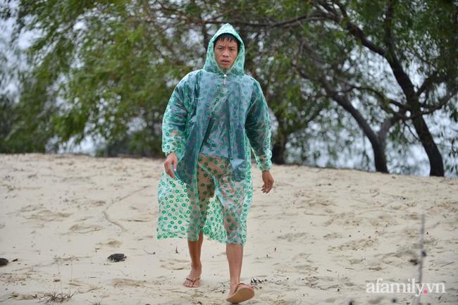 Quảng Bình: Nước ngập nhà cửa, người dân đội mưa vượt đồi cát hơn 1km ra đường quốc lộ xin đồ cứu trợ - Ảnh 13.