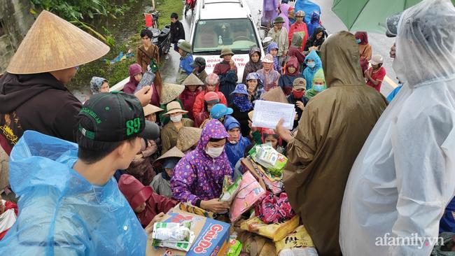 Quảng Bình: Nhà ngập sâu trong trận lũ lịch sử, người lớn, trẻ nhỏ đội mưa vượt hơn 1km băng đồi cát ra quốc lộ xin cứu trợ - Ảnh 4.