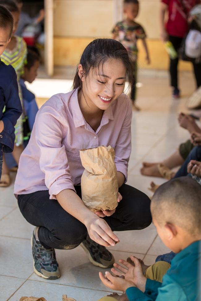 """""""Bà trùm Hoa hậu"""" mang vali tiền đi cứu trợ miền Trung, Hoa hậu Tiểu Vy, Đỗ Mỹ Linh sẵn sàng lên đường - Ảnh 4."""