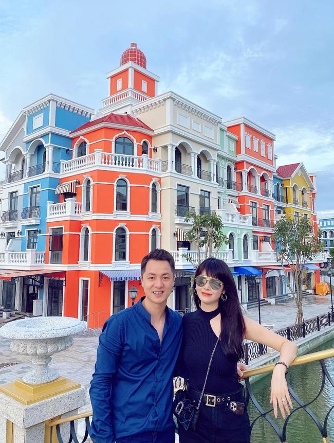 Bà xã Đăng Khôi chia sẻ ảnh 2 vợ chồng trong chuyến đi Phú Quốc.