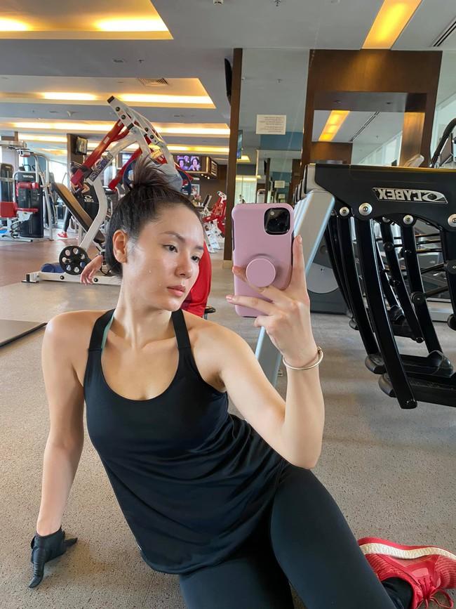 Phương Linh tranh thủ chụp ảnh selfie khi đi tập.